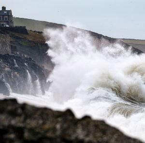 Tempête Brendan : vents violents et forte houle sur les Îles Britanniques