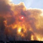 Les vents forts attisent de violents incendies près de la Méditerranée