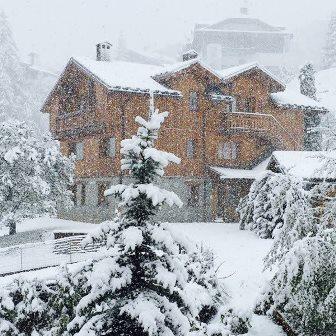 Retour de la neige en moyenne montagne, congère et avalanche dans les Alpes