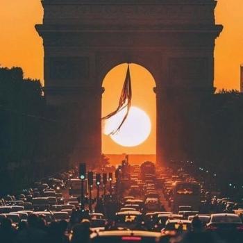 Parishenge : Le soleil se couche sous l'Arc de Triomphe à Paris