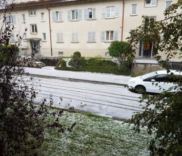 Image d'illustration pour Première chute de neige de la saison en moyenne montagne