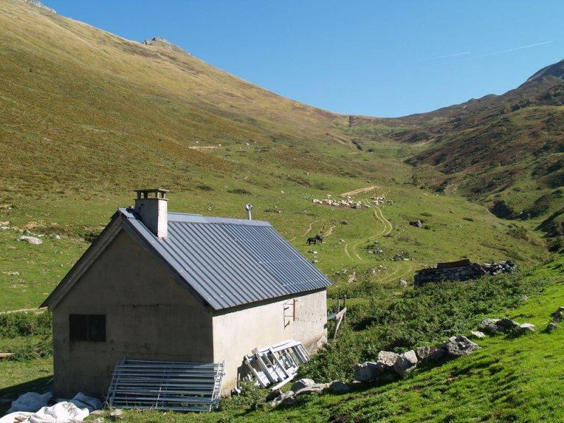 Image d'illustration pour Avalanche dans les Pyrénées : cabanes détruites - catastrophe naturelle