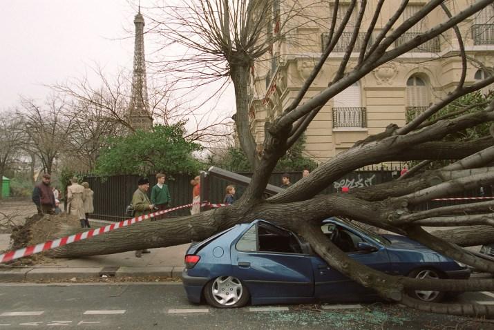 Image d'illustration pour Inondations, tempêtes, marée noire : une fin 1999 endeuillée