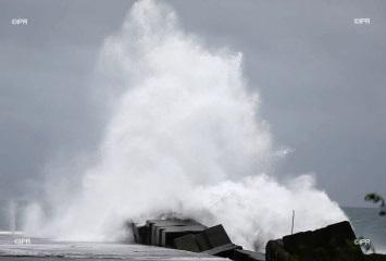 Image d'illustration pour Le cyclone Dumazile passe au large de la Réunion