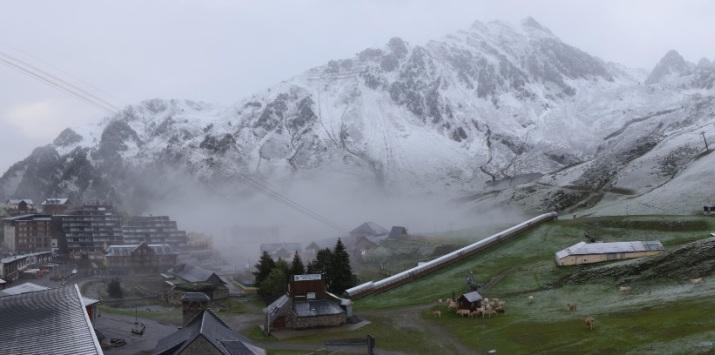 Image d'illustration pour Fraîcheur record et neige tardive en montagne