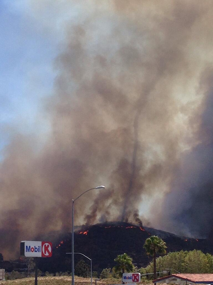 incendies et s cheresse en californie tornade de feu. Black Bedroom Furniture Sets. Home Design Ideas
