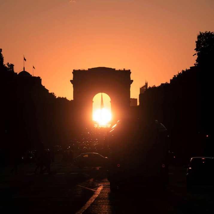 Image d'illustration pour Parishenge : Le soleil se couche sous l'Arc de Triomphe à Paris