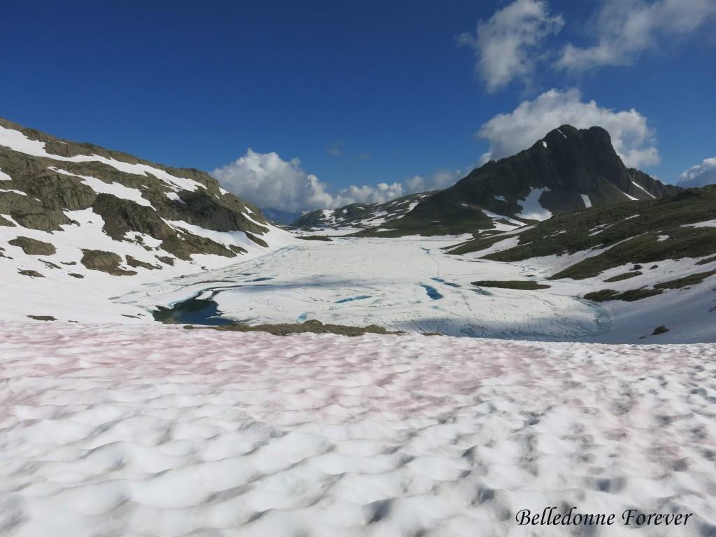 Le lac Blanc encore bien gelé avec des Algues des neiges rouges Etendard A.P.