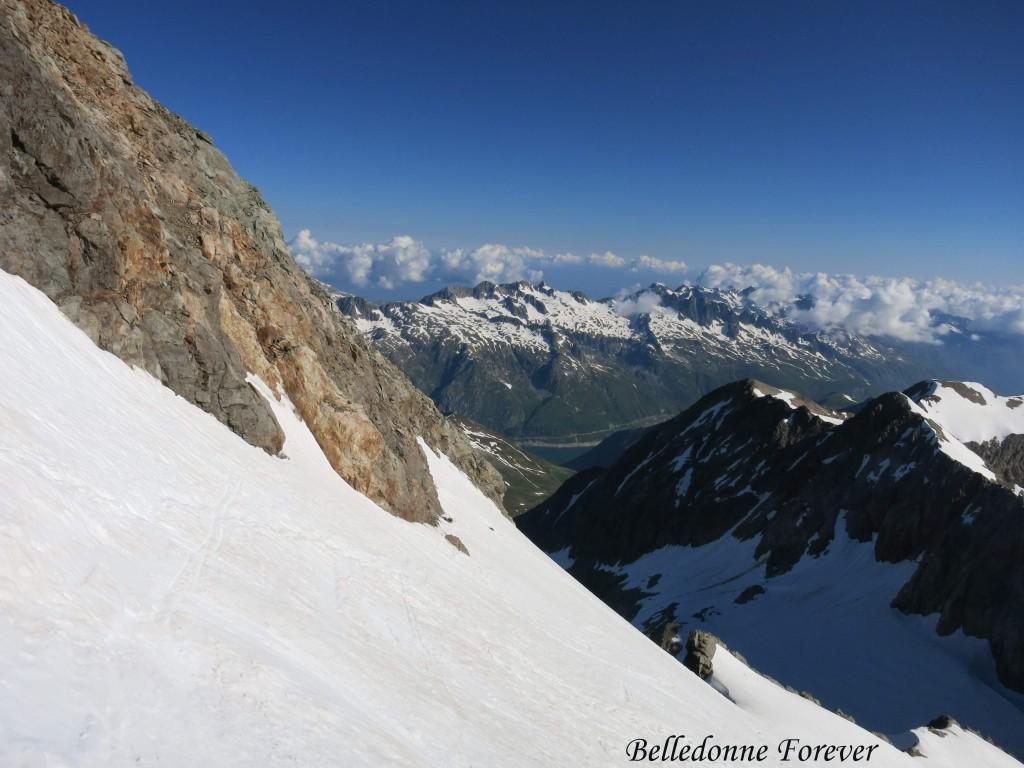 Pic de l'Étendard 3464m avec au fond Le Rocher Blanc (2928m) Belledonne et un bout du barrage de grand maison A.P.