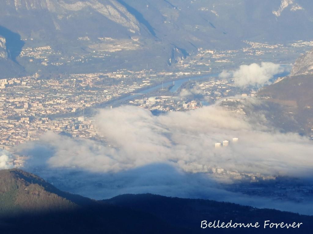 Smoke on Grenoble - Les Trois Tours de Grenoble  émergent du brouillard A.P.
