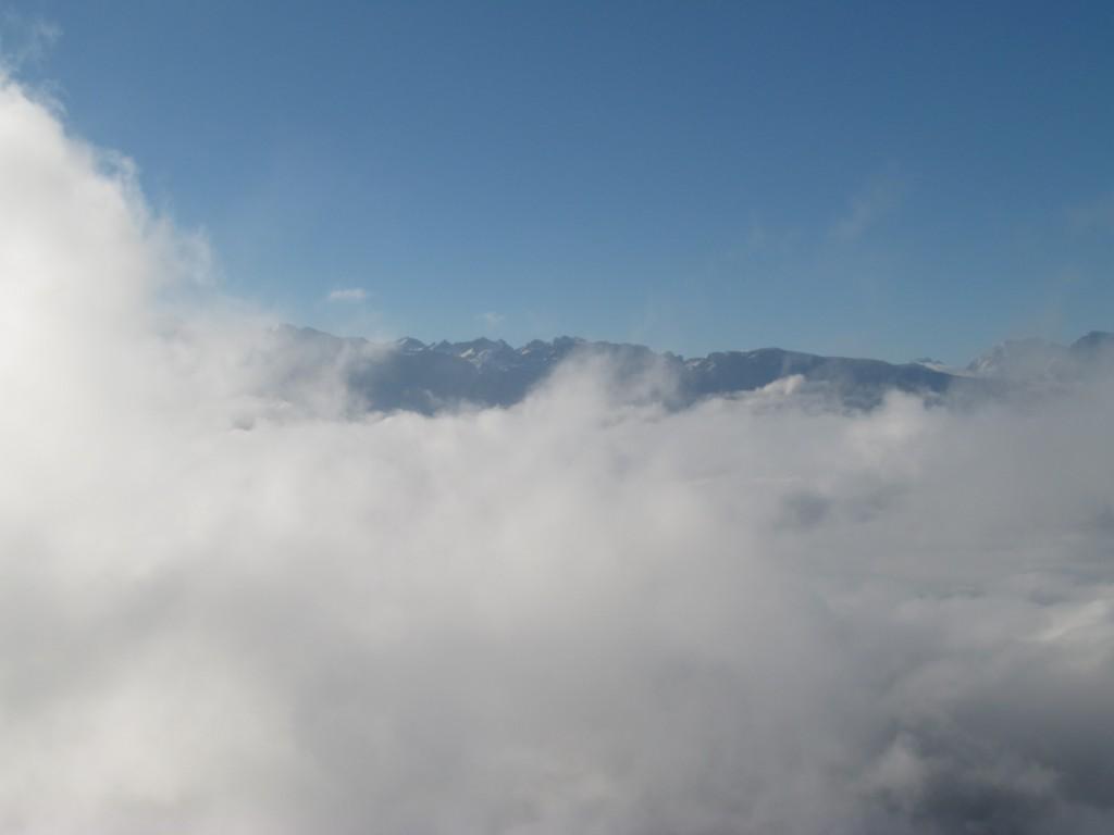 Belledonne et croix de Chamrousse au dessus des nuages