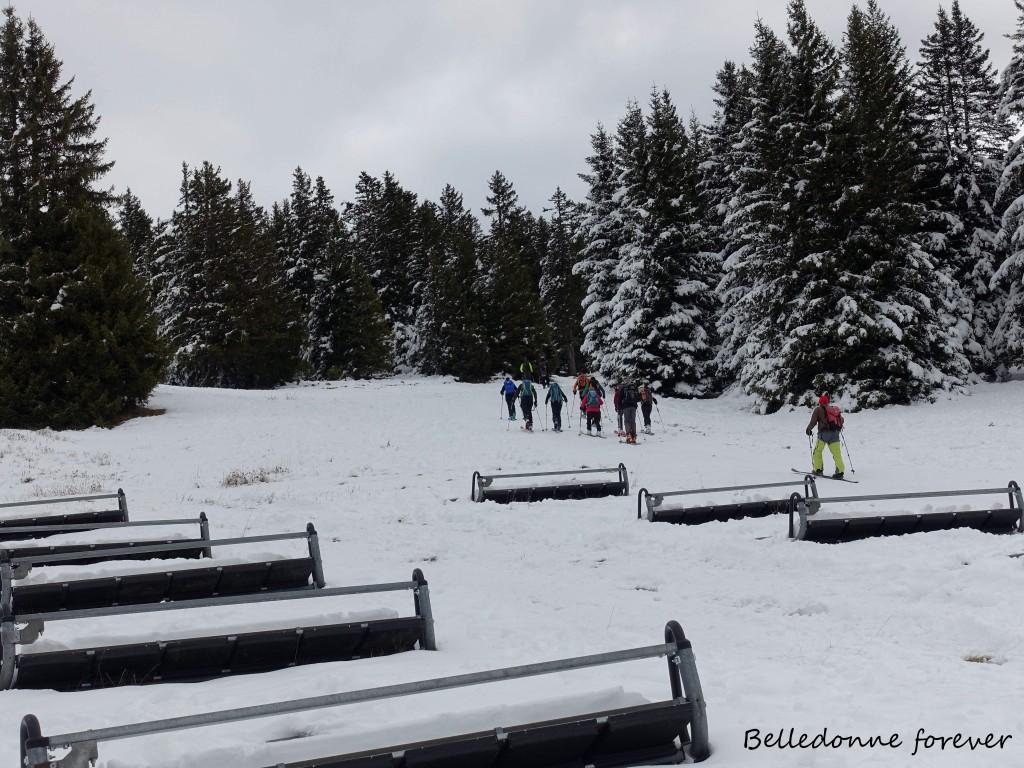Le futur des stations ???? : Dans la bonne humeur un mix de skieurs qui montent à pied, de randonneurs à pied ou à raquettes, de skieurs de fond et de skis de rando  voir de personnes tractées par un chien… A.P.