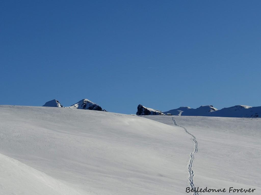 Petite couche de neige fraîche sur de la neige béton A.P.