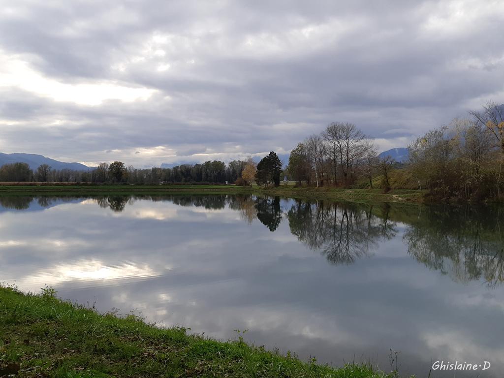 Ciel nuageux dans le lac de BERNIN