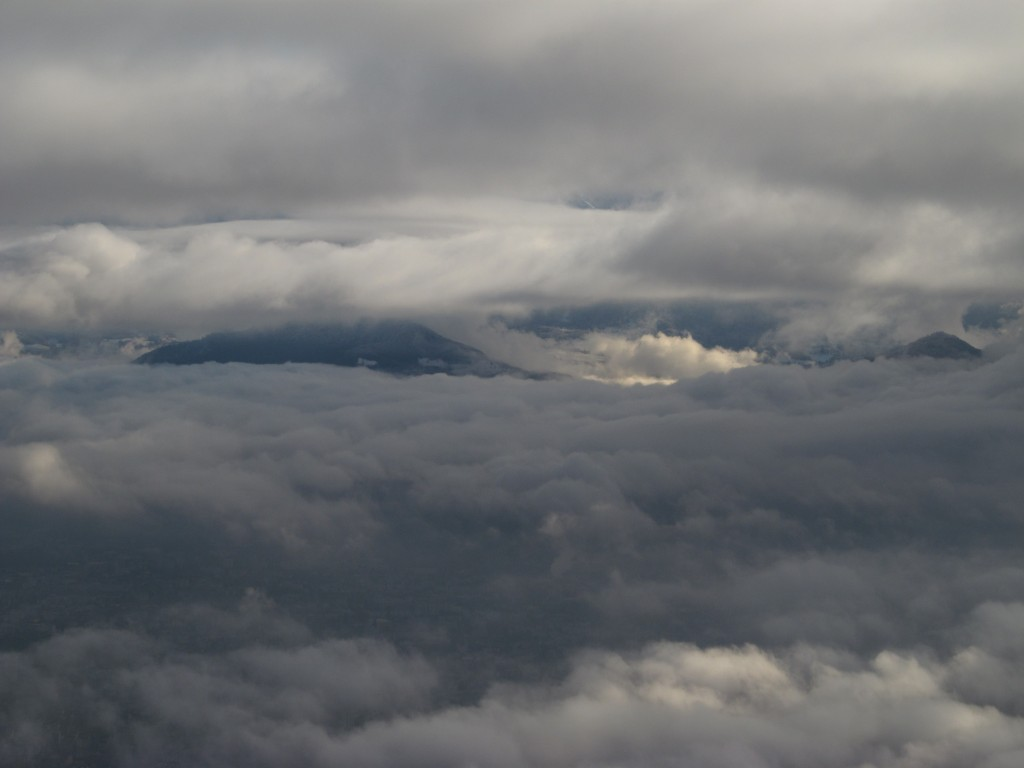 Entre deux couches de nuages, au dessus de Grenoble.