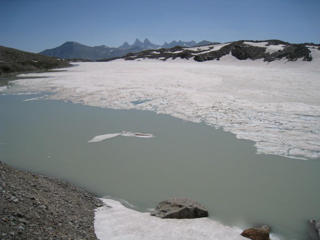 Lac des Quirlies partiellement gelé