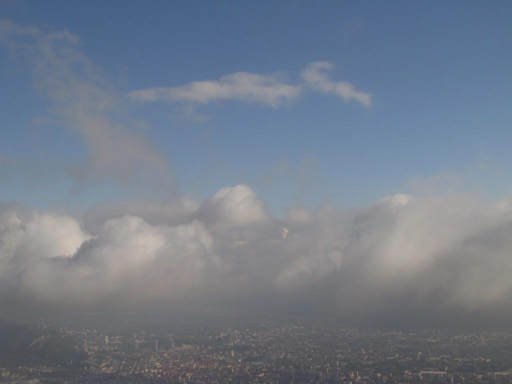 Les nuages flottent au dessus de Grenoble