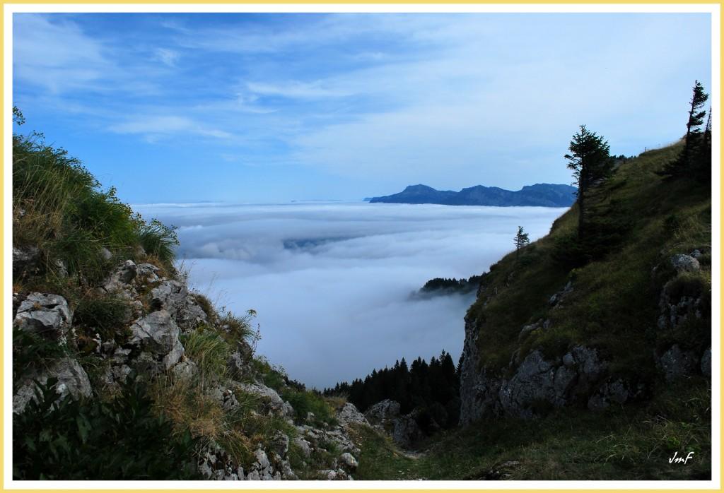 mer de nuages au dessus du pas de la clé