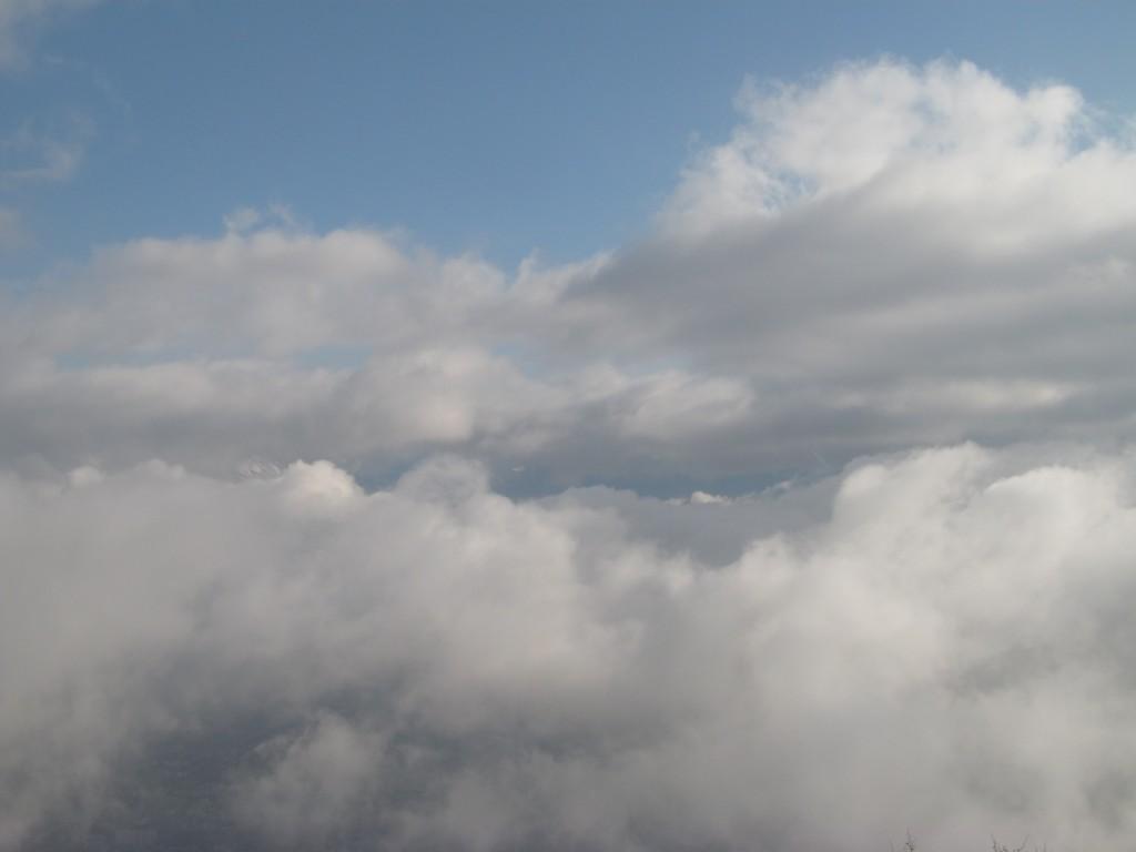 Plusieurs couches de nuages sur Grenoble