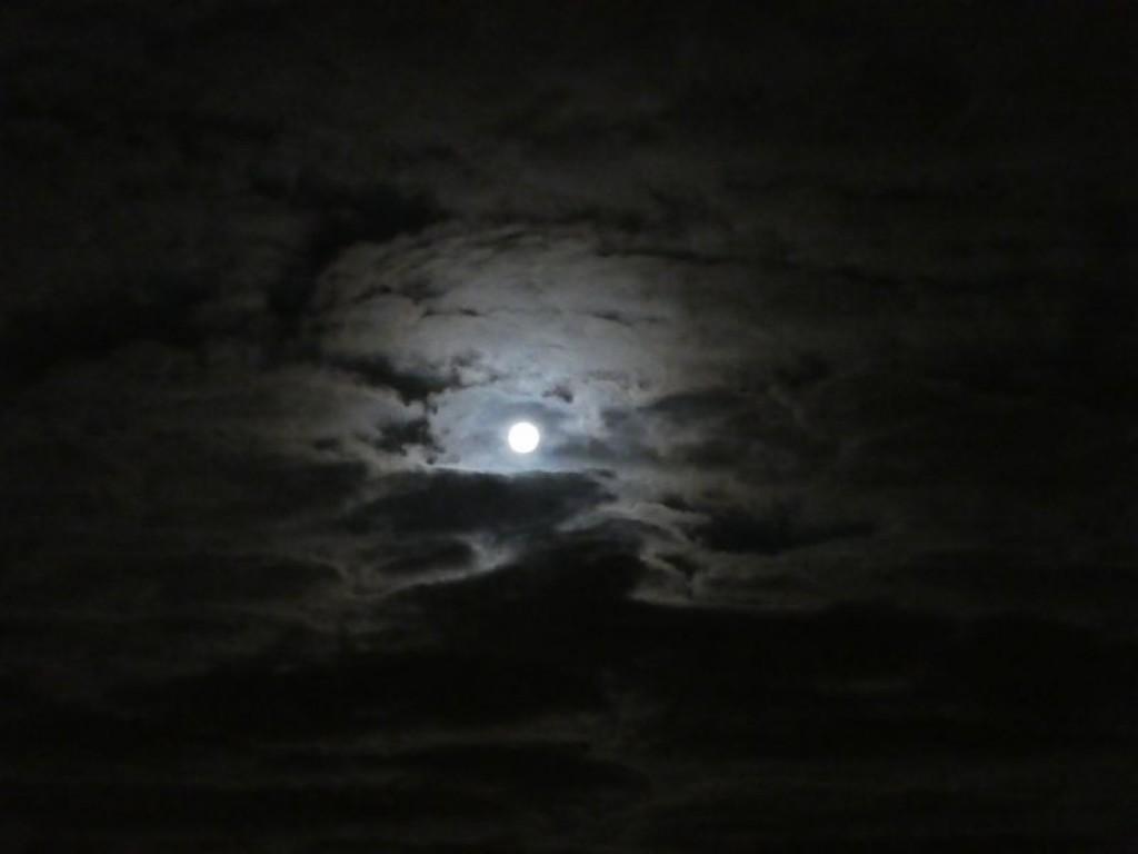 Lune dans les nuages caillés