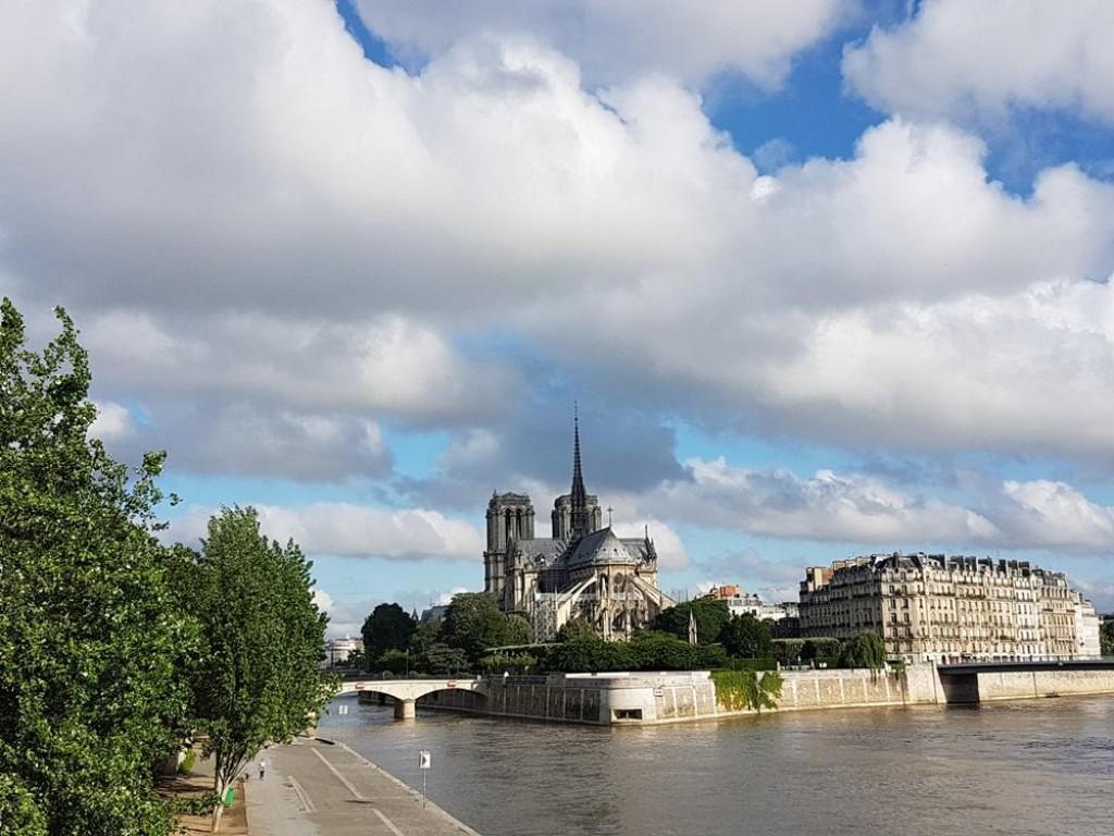 Ciel couvert au-dessus de Notre-Dame.