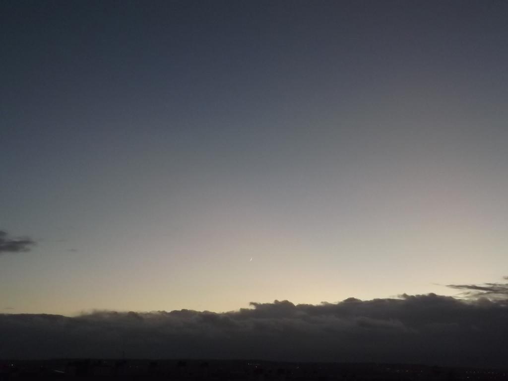 Epais nuages à l'Ouest et lune de 2 jours