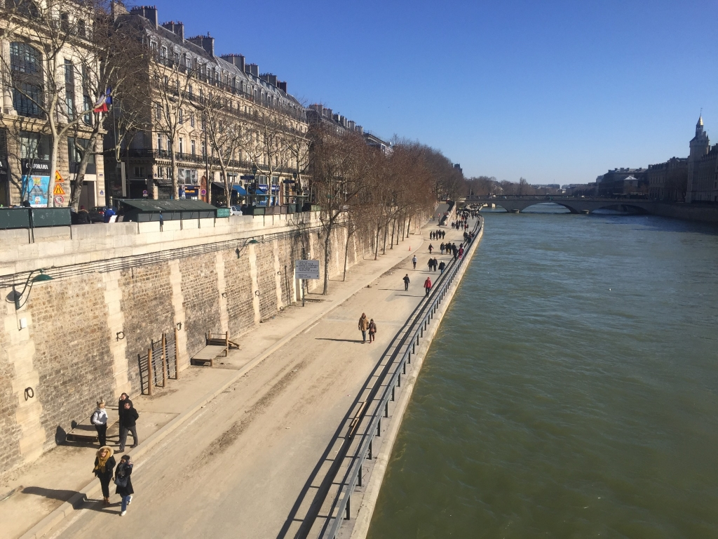 il fait presque bon se promener en bord de Seine à l'abri du vent glacial