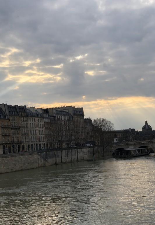 Le ciel de Paris se fissure  Soraya Touchene