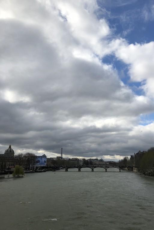 Les nuages touchent la Seine Soraya Touchene