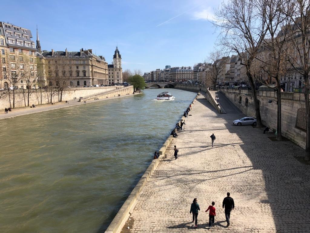 Les parisiens profite de ce beau vendredi