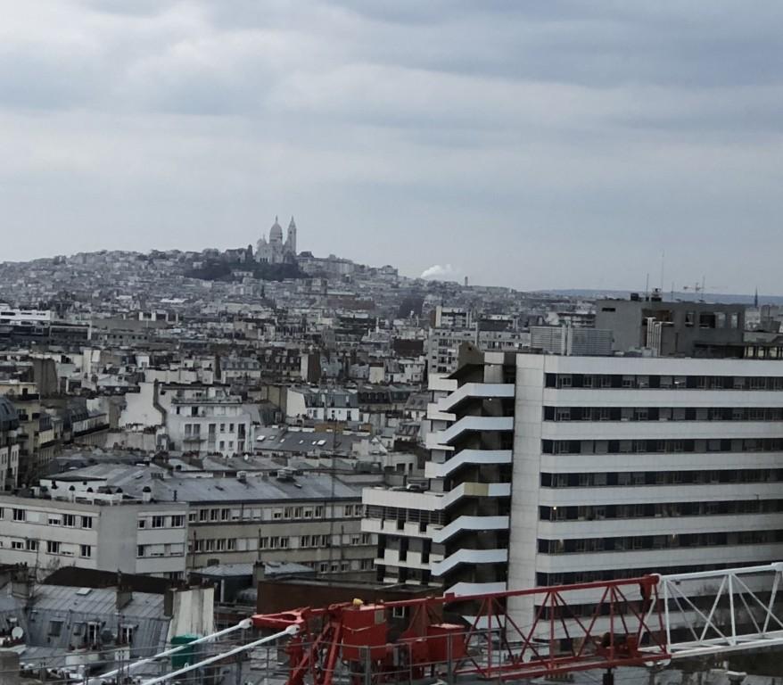 Montmartre  en blanc trône dans la grisaille  Soraya Touchene