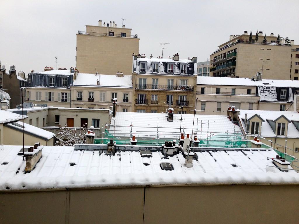 Paris ne s'éveille pas, Paris somnole sous la neige