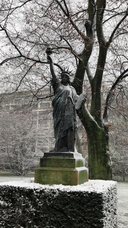 Statue de liberté dans le jardin du Luxembourg