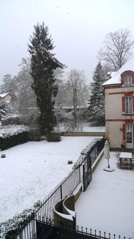 Terrasse et jardin sous la neige.