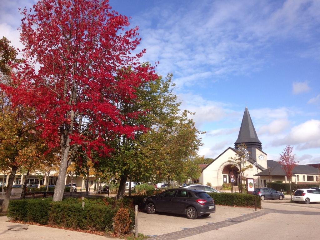 Eglise sous fond d'automnek