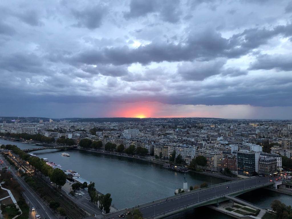 La ligne d'orage arrive au coucher du soleil