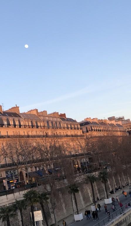 Lune  dans le ciel  bleu de Paris Soraya Touchene