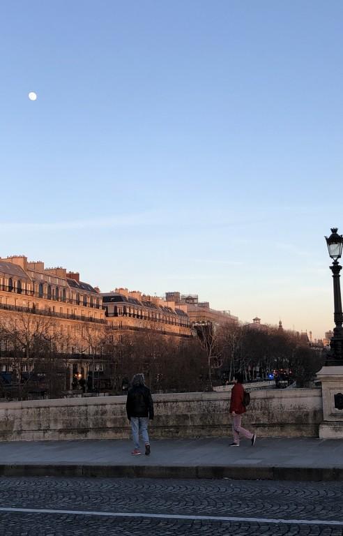 Lune dans un ciel bleu parisien  Soraya Touchene