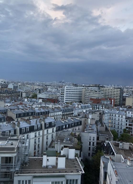 Montmartre écrasé sous une chape de nuages gris.Soraya Touchene