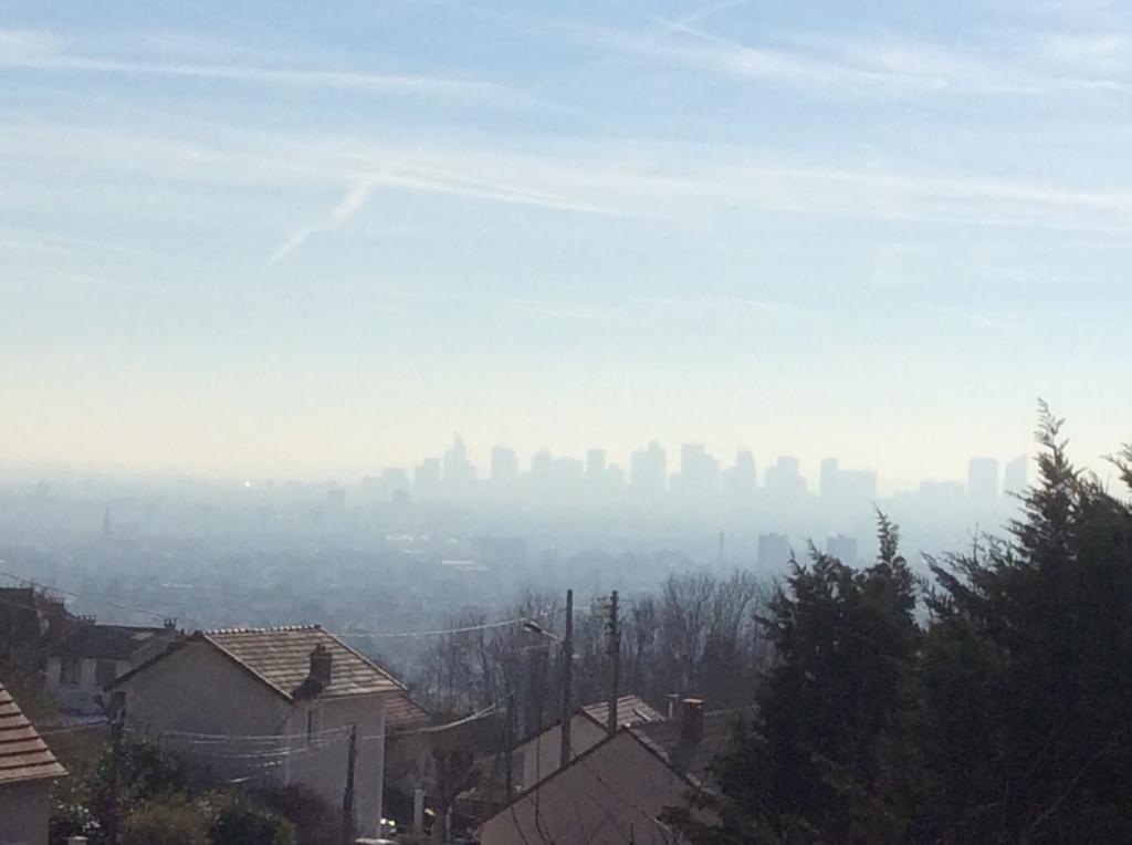 Paris et La Défense dans un nuage de pollution avec indice de pollution 6/10