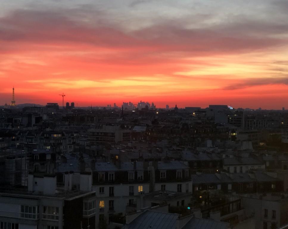 Pour le ciel de Paris ,ce soir  c'est le  Rouge Soraya Touchene