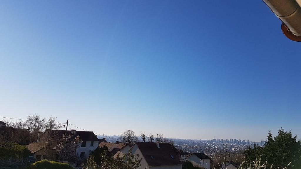 Ciel bleu pendant le confinement. Une certaine sérénité.