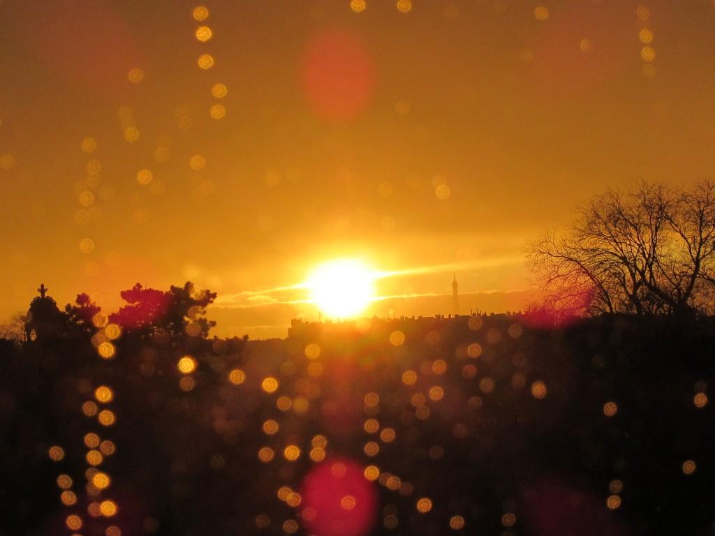 soleil ce soir à travers les gouttes de pluie