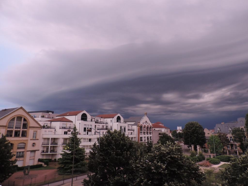 Ciel orageux noir provenant du sud-est, square Amos - 1/3