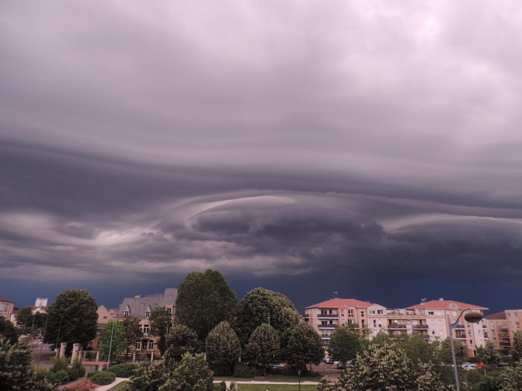Ciel orageux noir provenant du sud-est, square Amos - 2/3
