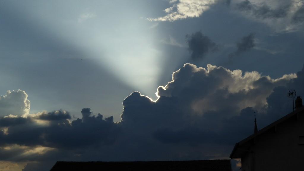Rayon dans un ciel devenant orageux
