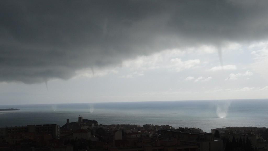 Trois trombes marines dans la baie de Cannes