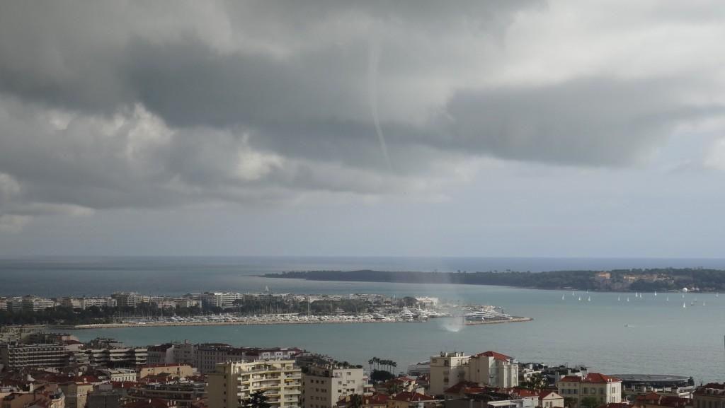 Une des trombes marines dans la baie de Cannes