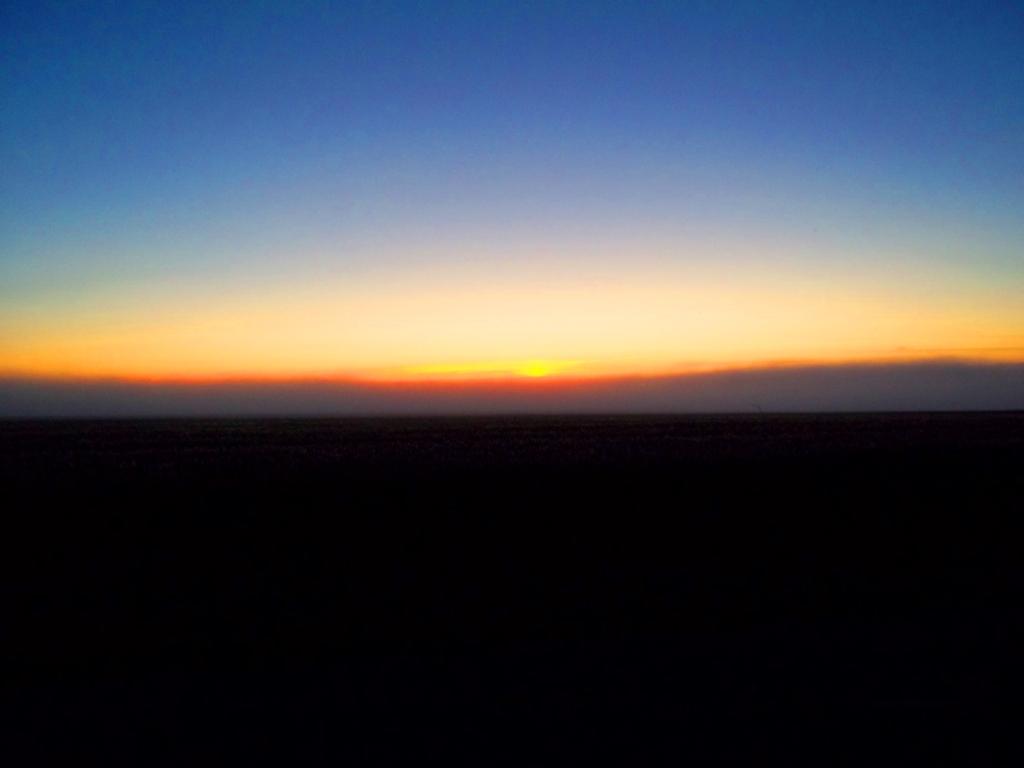 Le soleil disparait dans la brume du crépuscule