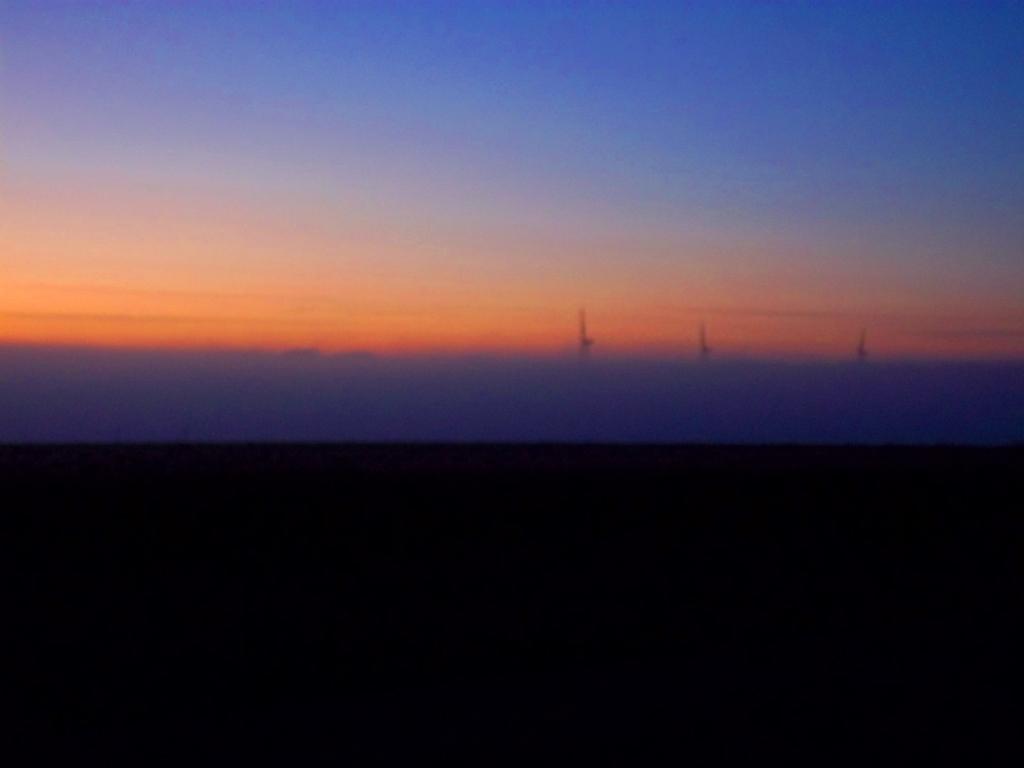 Les géants éoliens percent la brume du crépuscule